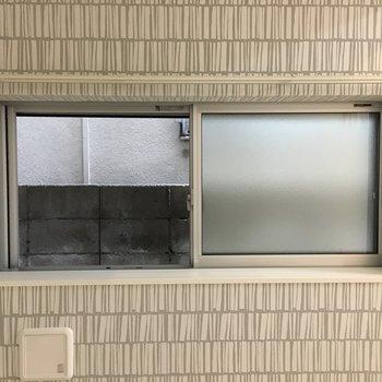 窓からはブロック塀、、、出窓は可愛く飾りましょうね