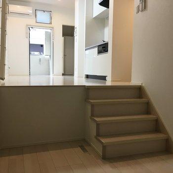 洋室は少し階段を降りて。照明はお気に入りのものを用意しよう