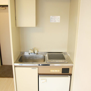 ちっちゃい冷蔵庫付き!※写真は2階の同間取り別部屋のものです。