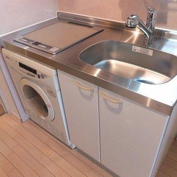 キッチンもコンパクト。ビルトイン洗濯機が設置されています。※写真は26階の似た間取り別部屋のものです