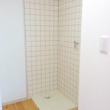 洗濯機置き場はキッチンの奥に隠れています※写真は3階の同間取り別部屋のものです