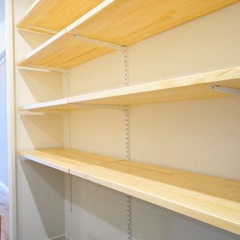 【イメージ】玄関には大容量の可動収納