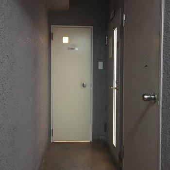 室外】入り口横にトイレがございます!