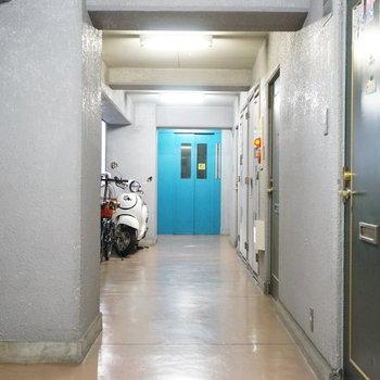 共用部】青いエレベーターがポイントです!