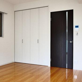 二面採光のお部屋です。※写真は2階の同間取り別部屋のものです
