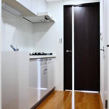 ドアを開いて、キッチンスペース。※写真は2階の同間取り別部屋のものです