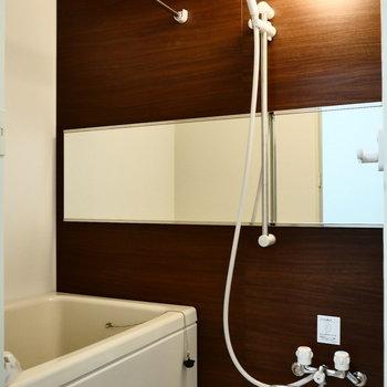 浴室はブラウンパネル。※写真は2階の同間取り別部屋のものです