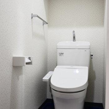 トイレは個室。※写真は2階の同間取り別部屋のものです