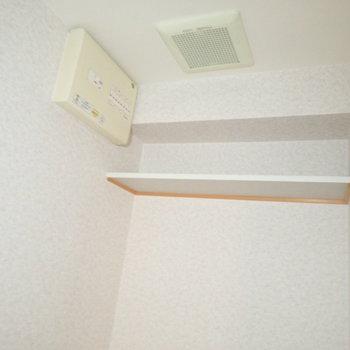 上にペーパー置き場があります。※写真は通電前のものです