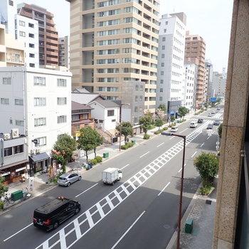 目の前は、「長堀通」という大通りがとおっています。