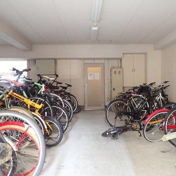 【共用部】駐輪場は建物奥にあります。