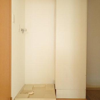 洗濯機は玄関前にありますよ~。※写真は通電前のものです