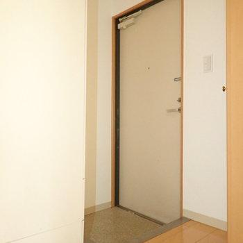 玄関前の白いものは給湯器です!※写真は通電前のものです