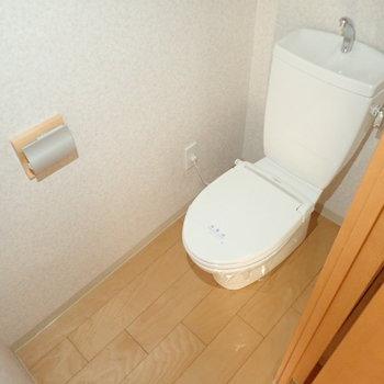 木目調で優しい雰囲気のトイレ空間。※写真は通電前のものです