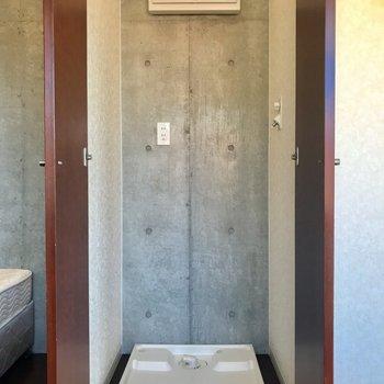 扉で隠せる洗濯機置き場と、