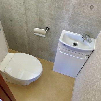 手洗い場付きトイレ。
