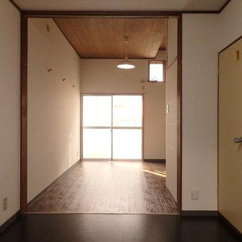 奥の居室と手前のダイニング部分の10.5帖の空間です