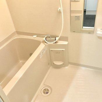 浴室もシンプル。鏡がついているのは嬉しい♬※写真は4階の反転間取り別部屋のものです