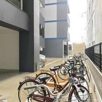 駐輪場はマンション裏に。