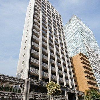 通り沿いにそびえ立つ20階建てのマンション