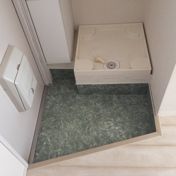 洗濯機置き場はなんと、玄関に