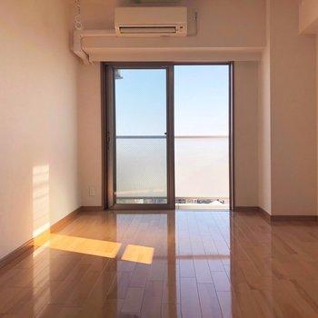 光が差し込みますよ〜◎※写真は10階の同間取り別部屋のものです