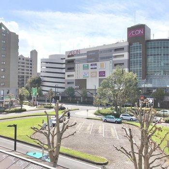 鎌取駅前。大きなロータリーとショッピングセンター。