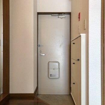 玄関もコンパクトめ。