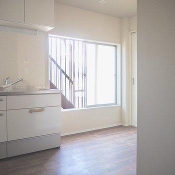 キッチン横に大きめの窓があるため明るめです