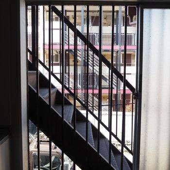 キッチン横の窓からは共用部の階段が、、、