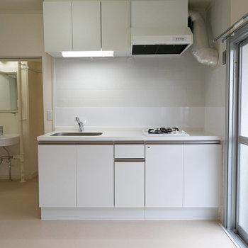 キッチンはシンプルデザイン。コンロ一体型でお掃除が楽!