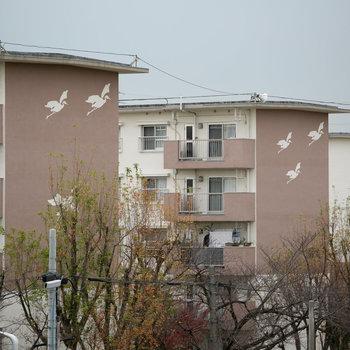 各棟には、団地のシンボル、白鷺が描かれています。