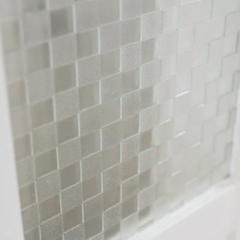 真っ白なお部屋だけど、扉の模様ガラスなど、団地ならではのレトロ可愛い部分も健在です。