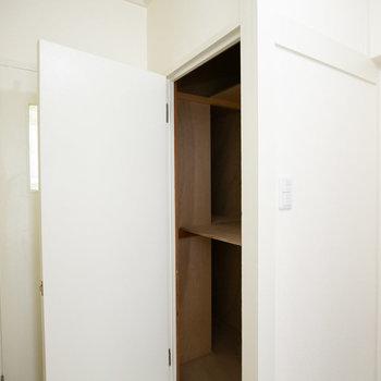 玄関の隣にも収納あり。掃除道具はこちらへ。