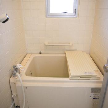 お風呂、窓もあり、綺麗な印象でしたよ。追い焚きもついてます。