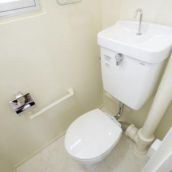 トイレも真っ白でシンプル、綺麗。