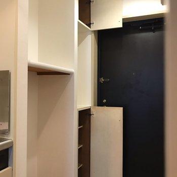 洗濯機置場の上に棚があるのって便利