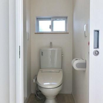シャワールームをおりてすぐに。小窓がステキ◯