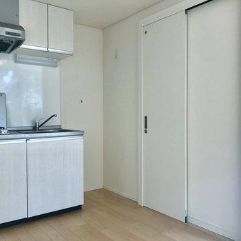 冷蔵庫スペースもしっかりと。白いトビラはサニタリー。