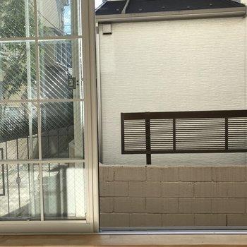 眺望は建物の入り口。カーテンをしめちゃおう