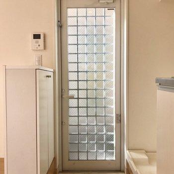 玄関はコンパクトに。窓のデザインにきゅんとしちゃう