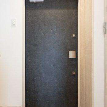 玄関向かって右手にはシューズケース。左手には冷蔵庫を置けそう。※写真は7階の同間取り別部屋のものです
