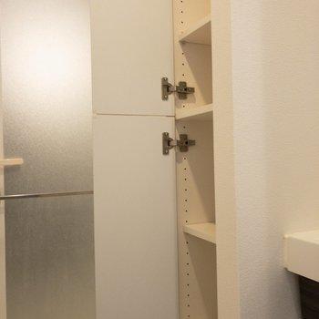 その横にも収納が!こちらにはタオルなどをどうぞ※写真は7階の同間取り別部屋のものです