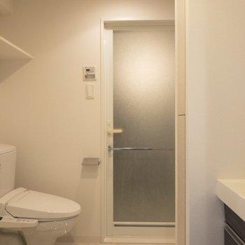 キッチンから脱衣所へ。こちらも清潔感あります◎※写真は7階の同間取り別部屋のものです