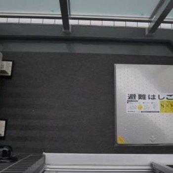 バルコニーは割りとコンパクト。外干しはあまり沢山はできないかも。※写真は7階の同間取り別部屋のものです