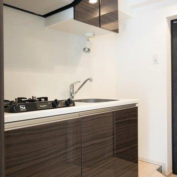 艶のあるダークブラウンがなかなかシックで素敵◎※写真は7階の同間取り別部屋のものです