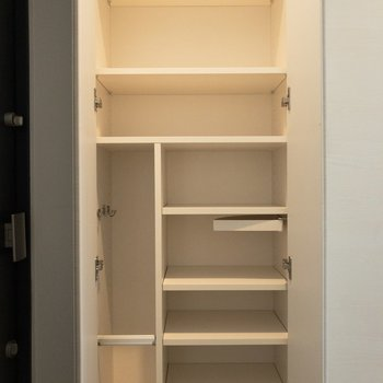 シューズケースはなかなかの大容量!靴を玄関スペースに散乱させずに済みそうです。※写真は7階の同間取り別部屋のものです