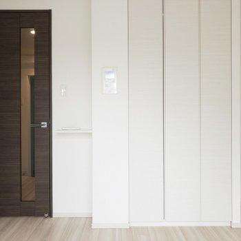 ダークブラウン&ホワイトで落ち着きます♪※写真は7階の同間取り別部屋のものです