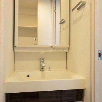 洗面台はミラー奥にも収納できるタイプ。※写真は7階の同間取り別部屋のものです