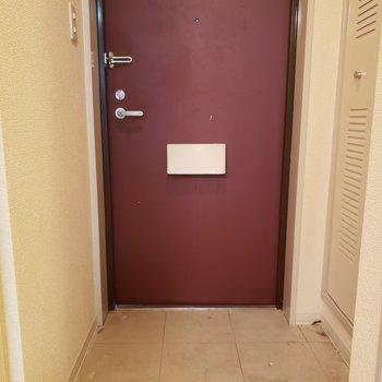 玄関扉はエンジ色に◯※写真は1階の同間取り別部屋のものです